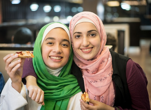 Muslimische mädchen im restaurant warten auf iftar