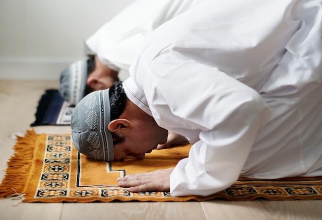 Muslimische männer beten während des ramadan
