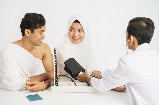 Muslimische medizinische untersuchung vor hadsch oder umrah