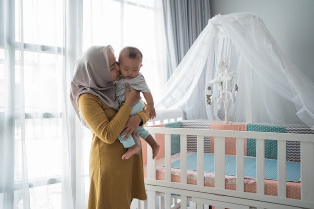 Muslimische mutter spielt mit ihrem kind