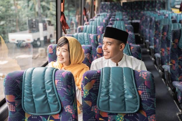 Muslimische paare reisen mit dem bus während des eid mubarak urlaubs, um familie zu hause zu treffen