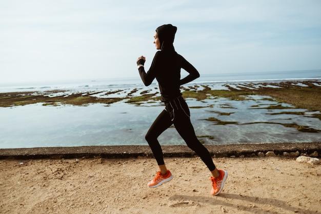 Muslimische sportläuferfrau im freien