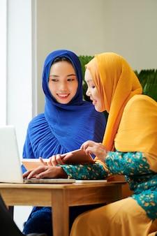 Muslimische studenten machen hausaufgaben im café