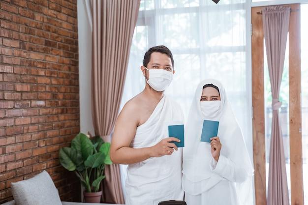Muslimische umrah mit masken