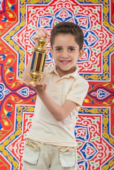 Muslimischer junge, der ramadan feiert