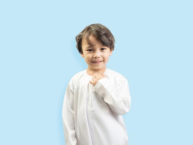 Muslimischer junge in einem kleid