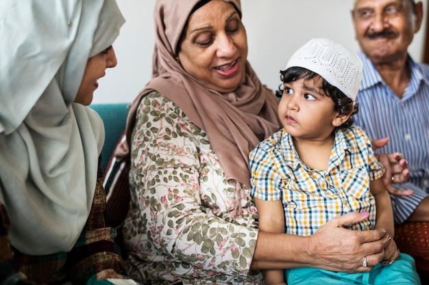 Muslimischer kleiner junge mit seiner familie