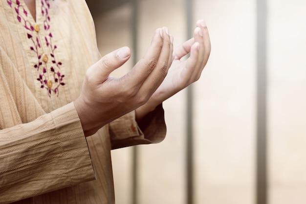 Muslimischer mann bete zu gott