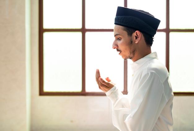 Muslimischer mann, der dua zu allah macht