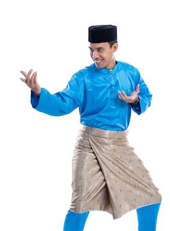 Muslimischer mann, der kampfkunstbewegungen zeigt