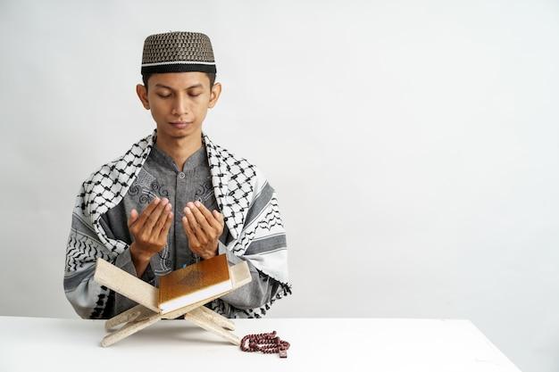 Muslimischer mann, der koran liest