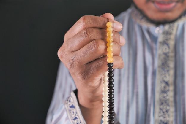 Muslimischer mann, der während des ramadan betet, nahaufnahme