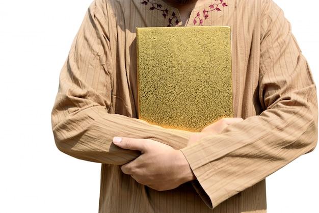 Muslimischer mann hält koran
