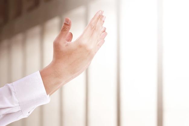 Muslimischer mann hob die hände und betete in der moschee