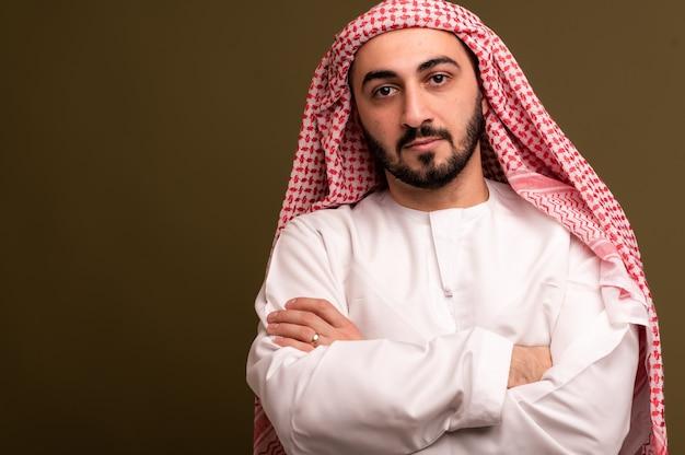 Muslimischer mann im hijab-porträt eines jungen arabischen mannes in traditioneller kleidung