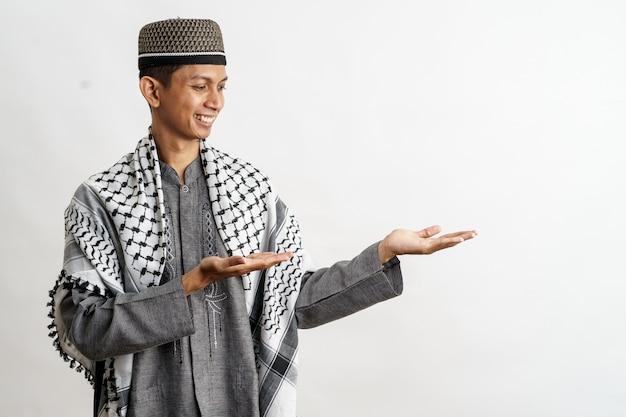 Muslimischer mann mit der darstellung der präsentierenden geste