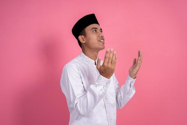 Muslimischer mann mit offenem arm beten geste