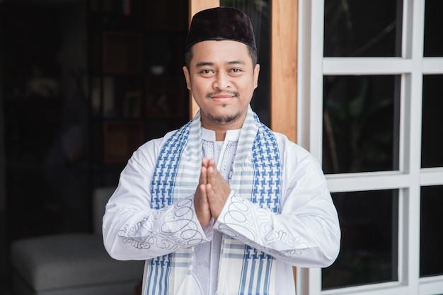 Muslimischer mann steht und posiert