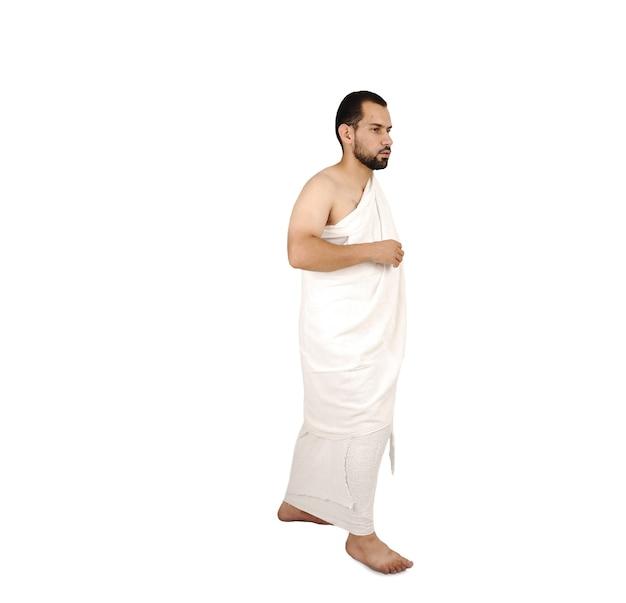 Muslimischer pilger in weißer traditioneller kleidung