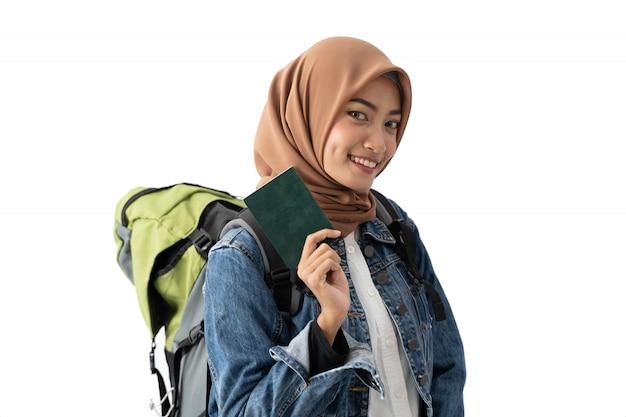 Muslimischer rucksacktourist, der pass hält
