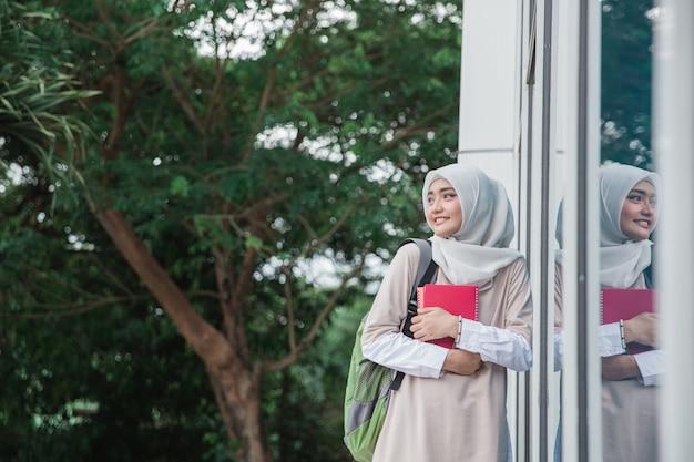 Muslimischer student auf dem campus