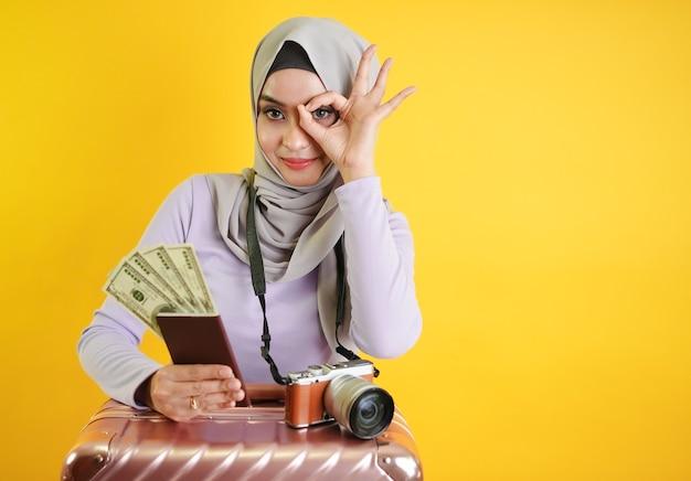 Muslimischer tourist, der geld hält