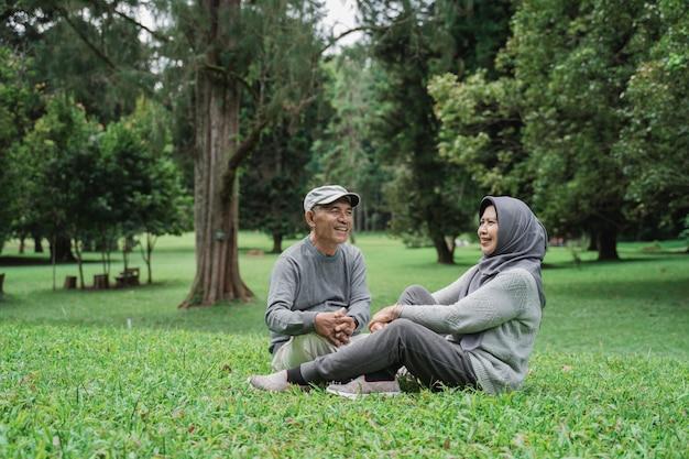 Muslimisches älteres paar, das im park entspannt