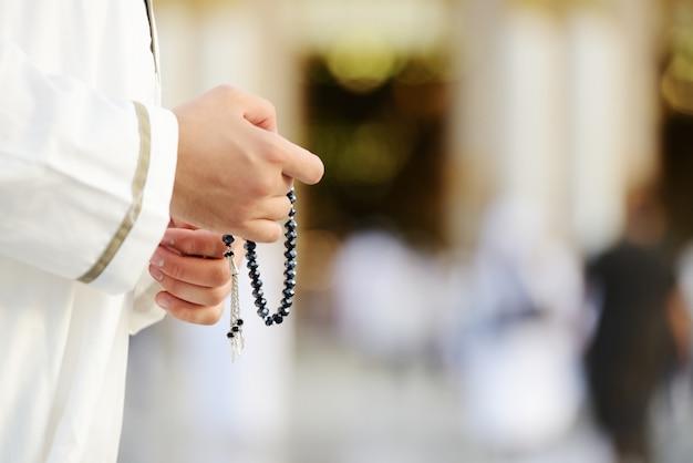 Muslimisches gebet in der heiligen moschee