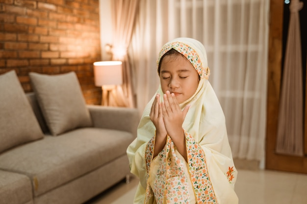 Muslimisches kind betet zu gott