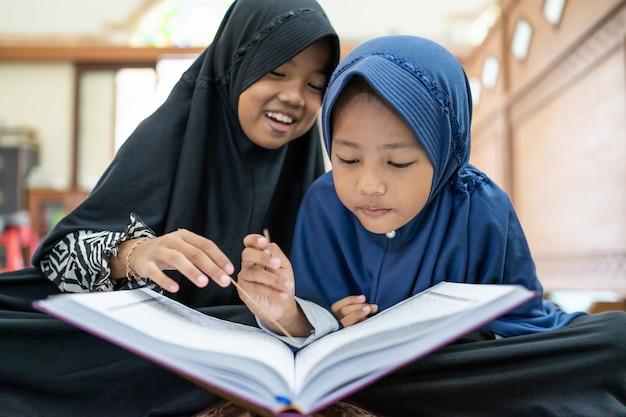 Muslimisches kind, das den koran liest