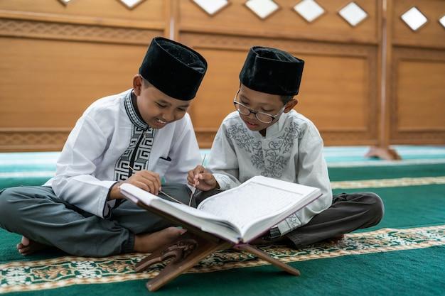 Muslimisches kind, das koran liest