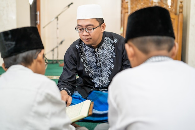 Muslimisches kind lehren, den koran zu lesen