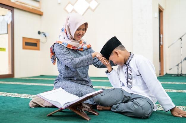 Muslimisches kind respektiert seinen lehrer