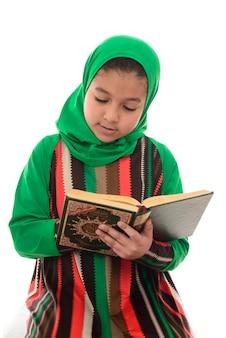 Muslimisches mädchen, das koran liest