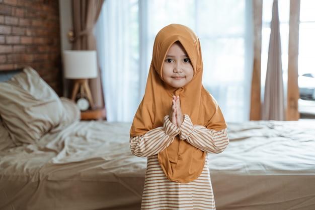 Muslimisches mädchen, das ramadan begrüßt