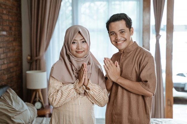Muslimisches paar begrüßt ramadan monat
