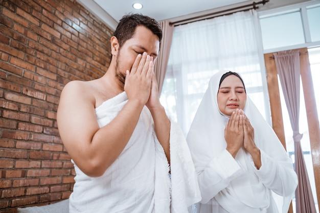 Muslimisches paar betet