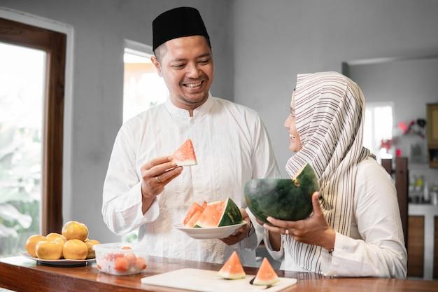 Muslimisches paar, das gemeinsam das fasten bricht
