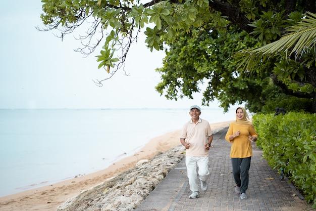 Muslimisches reifes paar, das zusammen joggt