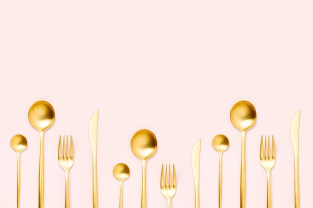 Muster aus besteck auf pastellfarbenem hintergrund, flache lage, draufsicht. mode minimalistisches konzept.