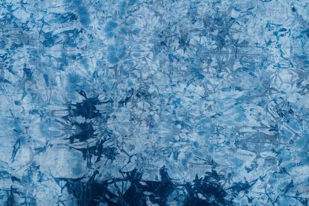 Muster aus blauem farbstoff auf baumwolltuch, gefärbter indigo stoff hintergrund und strukturiert