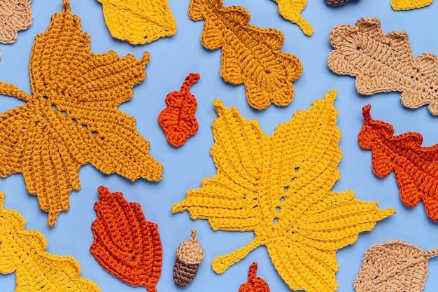 Muster aus gelben blättern stricken. herbst hintergrund. herbststimmung