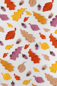 Muster aus gestricktem eichenlaub. herbst hintergrund. herbststimmung