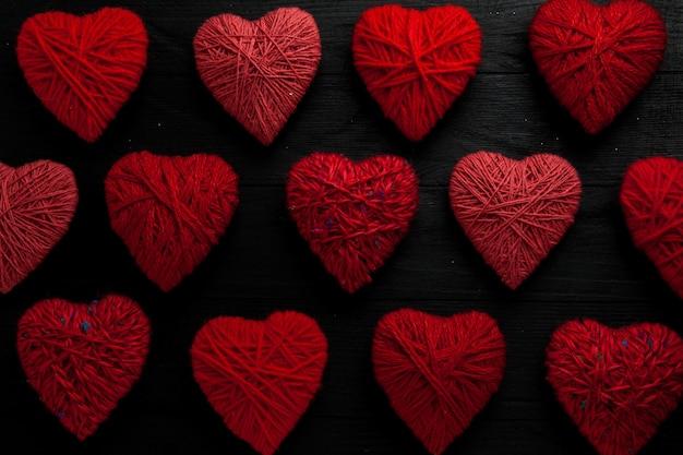 Muster aus roten herzen auf holztisch