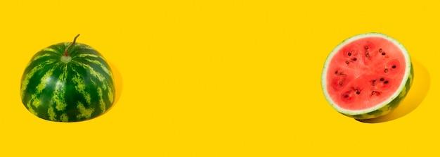 Muster der geschnittenen frischen wassermelone auf gelbem hintergrund. sommerfrucht, beere. kräftige farben. trendy, minimale schatten. wassermelonen-tageskonzept -3. august. platz kopieren.