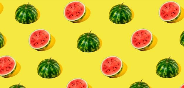 Muster der geschnittenen frischen wassermelone auf gelbem hintergrund. sommerfrucht, beere. kräftige farben. trendy, minimale schatten. wassermelonen-tageskonzept -3. august.