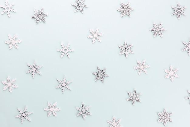 Muster der harten zuckerstange in weihnachtsfarben auf babyblauem hintergrund gestreift.
