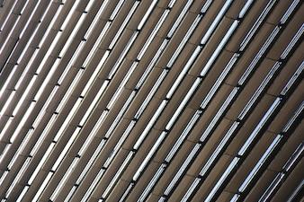 Muster der mehrstöckigen Gebäudefenster und des Balkons.