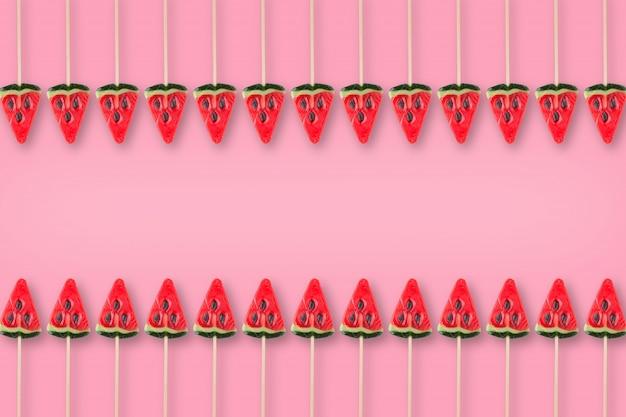 Muster der süßigkeit in form der wassermelone auf rosa hintergrund