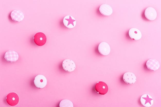 Muster der textilknöpfe auf rosa hintergrund